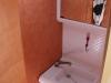 Bad mit Dusche, Kassettentoilette, Klappwaschbecken, Spiegelschrank und Dachfenster